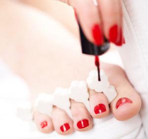 kobieca stopa z pomalowanymi paznokciami - hybrydy
